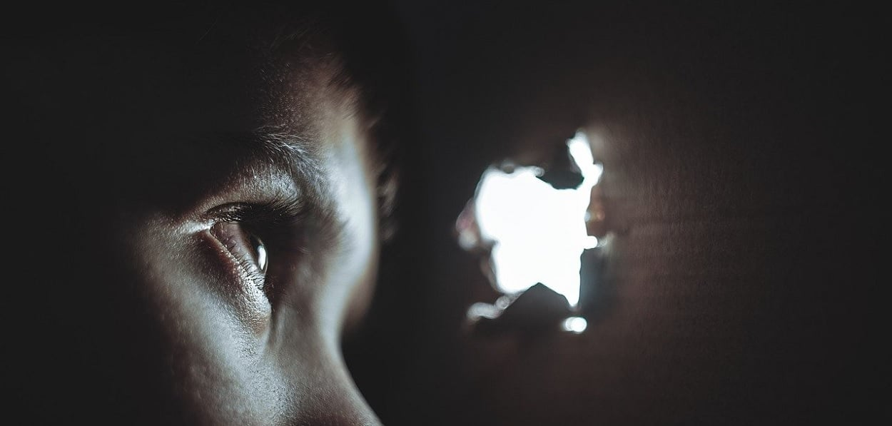 Comment détecter une caméra cachée dans une maison